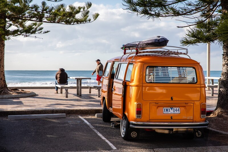 浜辺と黄色い車