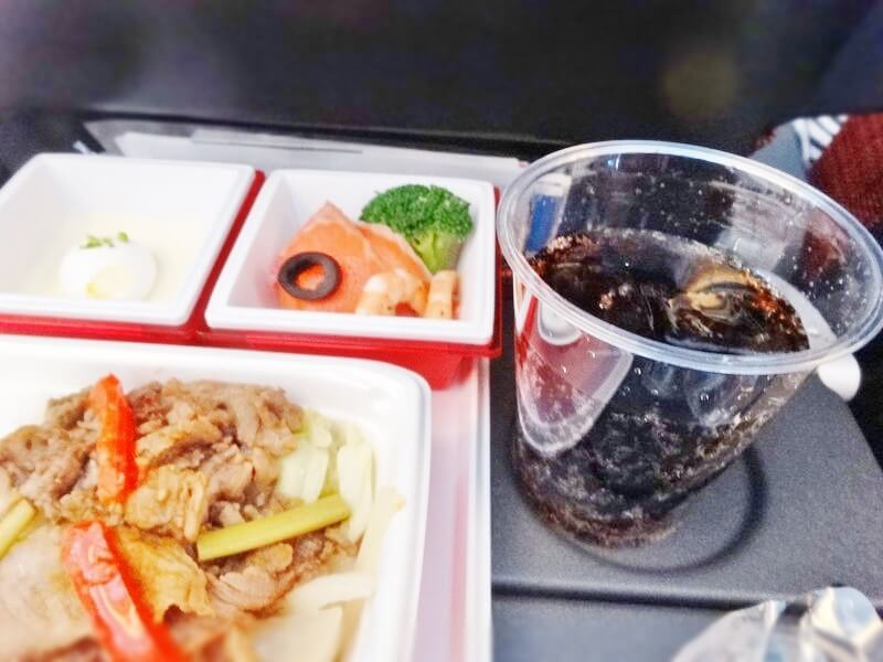 JAL941便‐機内食-コーラ