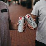 缶ビールで乾杯