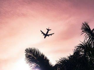 夕焼けの中飛ぶ飛行機